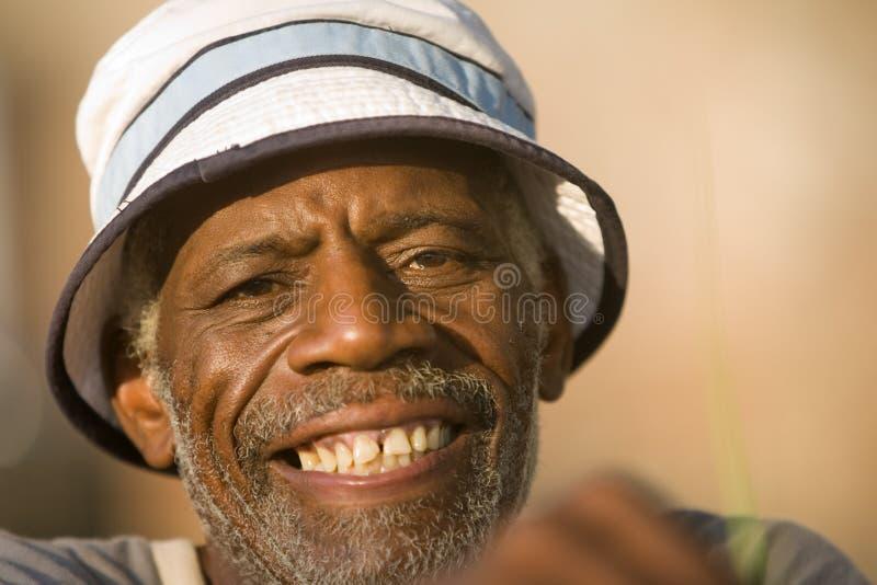 Het oudere Afrikaanse Amerikaanse mens glimlachen stock foto's
