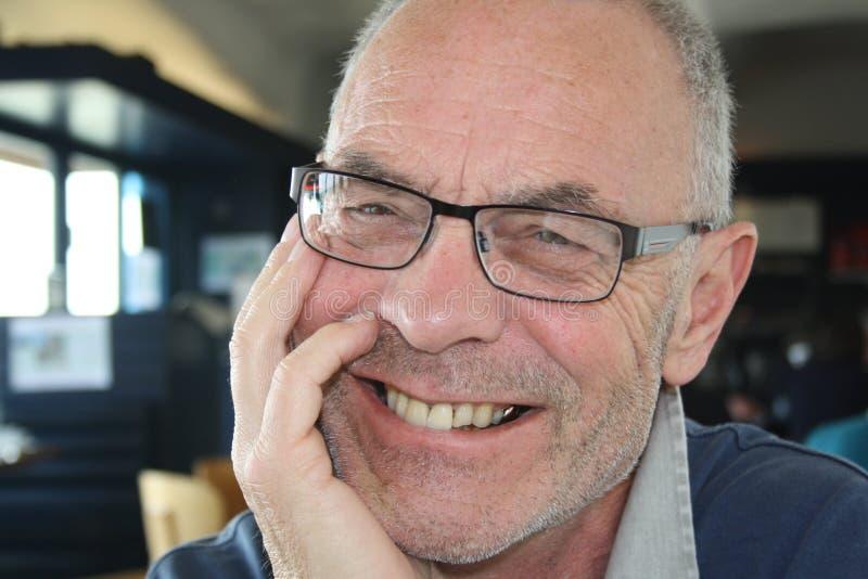 Het oudere mens glimlachen stock afbeeldingen