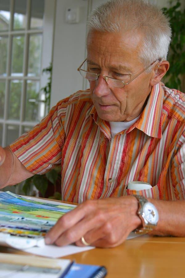 Het oudere mens schilderen royalty-vrije stock afbeelding