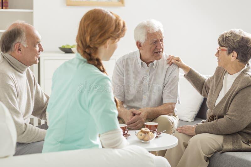 Het oudere mensen spreken stock foto's
