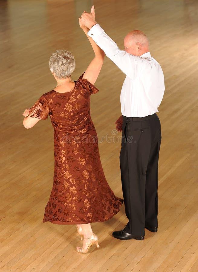 Het oudere paar dansen royalty-vrije stock fotografie
