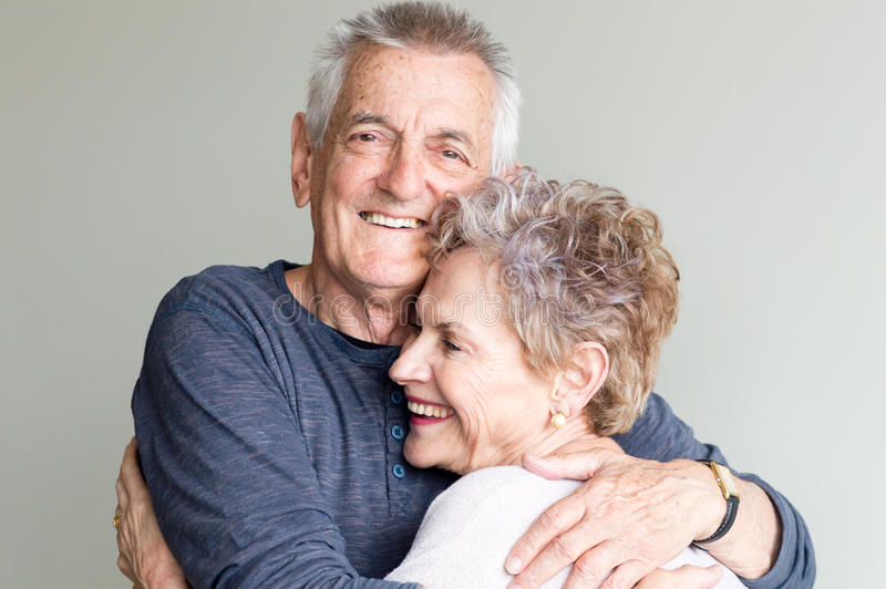 Het oudere paar omhelzen royalty-vrije stock afbeelding