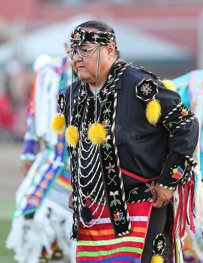 Het Oudere wauw Dansen van Native American in Pow stock afbeeldingen