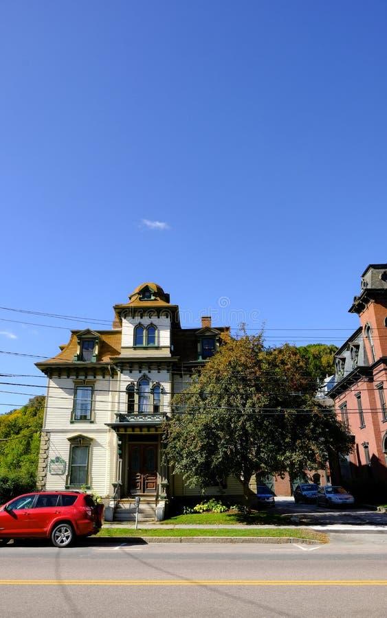 Het ouderwetse huis met meerdere verdiepingen die van de V.S. in een Amerikaanse voorstad wordt gezien stock fotografie