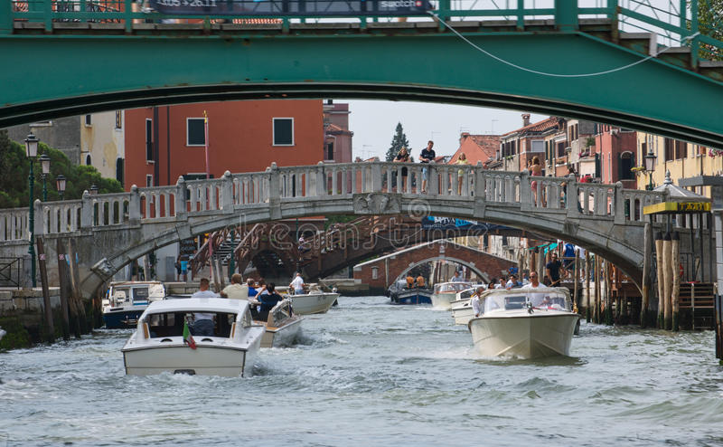 Het overgaan onder de bruggen stock afbeeldingen