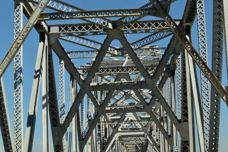 Het overgaan onderaan een brug met zingt van roest royalty-vrije stock afbeeldingen