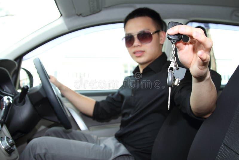 Het overhandigen autosleutels royalty-vrije stock foto