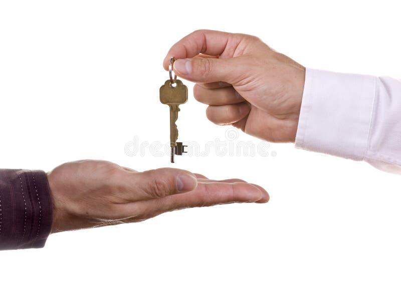 Het overhandigen sleutels stock foto