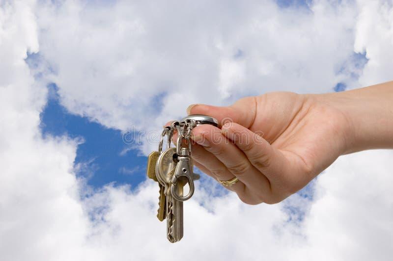 Het overhandigen van de sleutels stock afbeeldingen