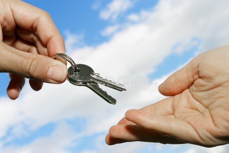 Het overhandigen van sleutels royalty-vrije stock foto