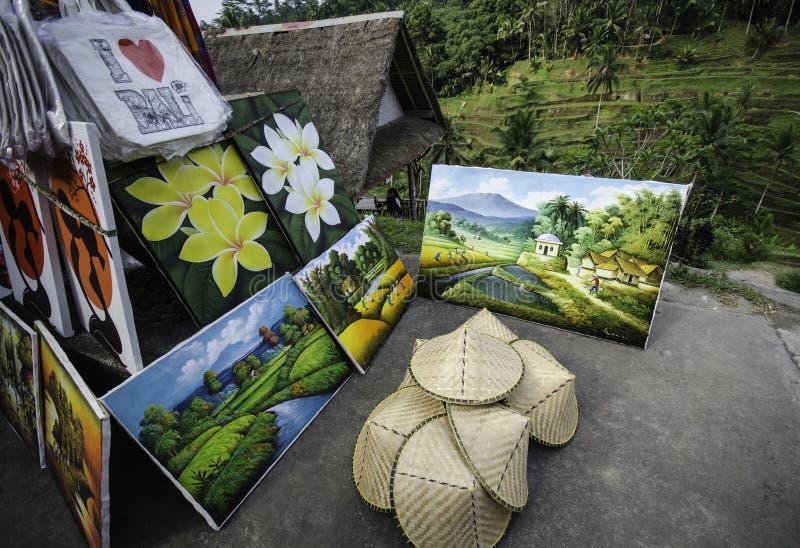 Het overhemd, de Schilderijen en de herinneringen van Bali voor verkoop bij Ubud-dorp, Bali stock afbeelding