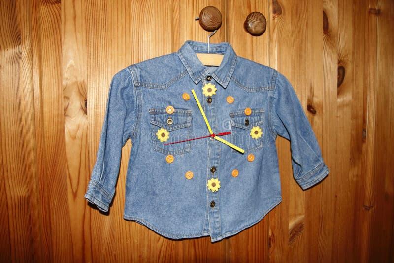 Het overhemd van kinderenjeans in ambachten in een klok zet om stock afbeeldingen