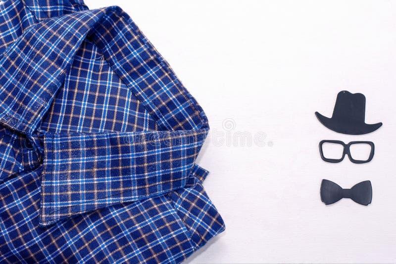 Het overhemd van mensen op een witte achtergrond Het conceptenkaart van de vader` s dag stock foto's