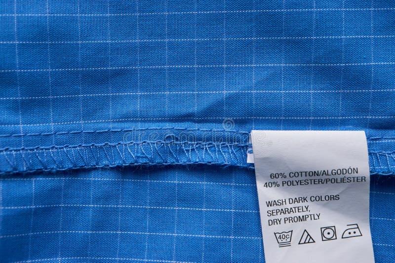 Het overhemdsetiket van de close-up blauw plaid stock fotografie
