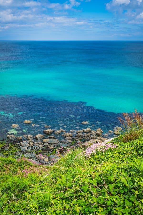 Het overweldigen van de overzeese kust Van Cornwall dichtbij St Ives stock fotografie