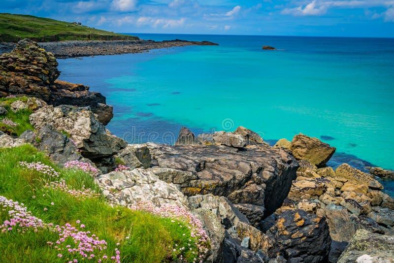 Het overweldigen van de overzeese kust Van Cornwall dichtbij St Ives stock foto's