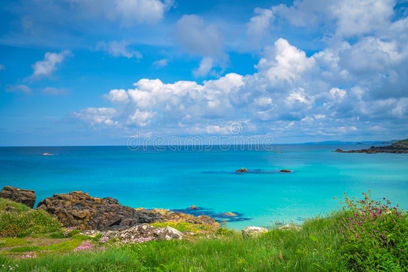Het overweldigen van de overzeese kust Van Cornwall dichtbij St Ives stock afbeelding