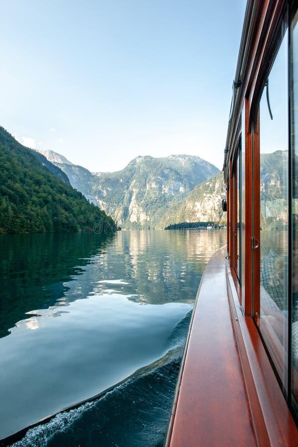 Het overweldigen van donkergroene die wateren van Konigssee, als het diepste en schoonste meer van Duitsland worden bekend royalty-vrije stock fotografie