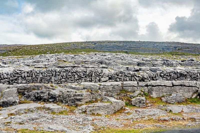 Het overweldigen van Iers landschap van een heuvel van kalksteenrotsen in de vallei van Caher en Zwart Hoofd stock foto's
