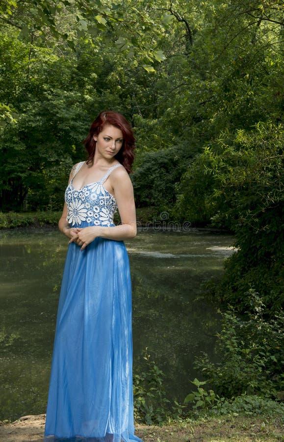Het overweldigen van jonge vrouwelijke mannequin stelt in openlucht royalty-vrije stock fotografie