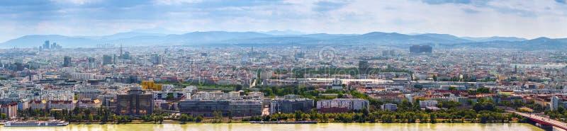 Het overweldigen van lucht panoramische cityscape menings Oostenrijkse hoofdstad van Wenen Moderne glas-concrete wolkenkrabbers i royalty-vrije stock afbeelding