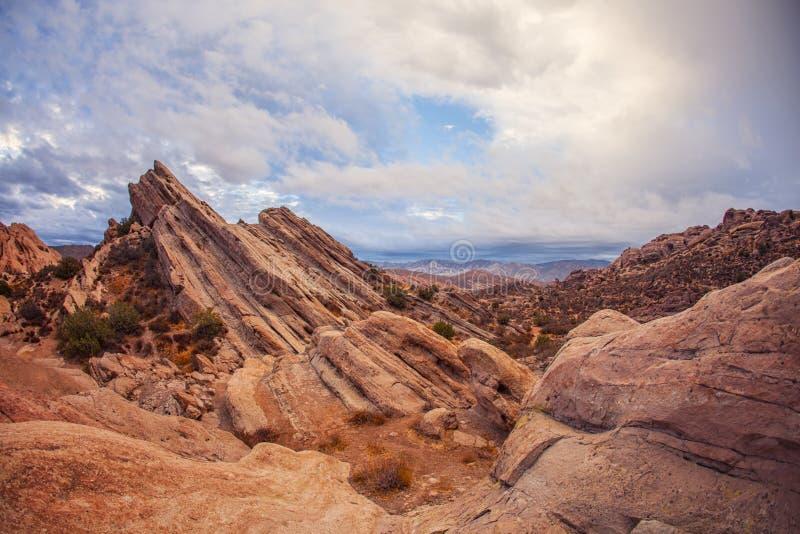 Het overweldigen van rode rotsachtige bergen van de geologische Rotsen van anomalievasquez, de Provincie van Los Angeles stock afbeelding