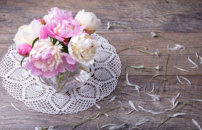 Het overweldigen van roze en witte pioenen op rustieke houten achtergrond De ruimte van het exemplaar Moeder ` s, Valentijnskaart stock foto's