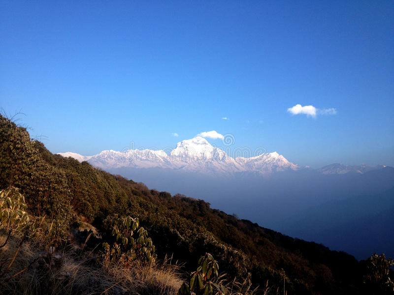 Het overweldigen van snowcapped berg op Hymalayian-gebied stock foto's