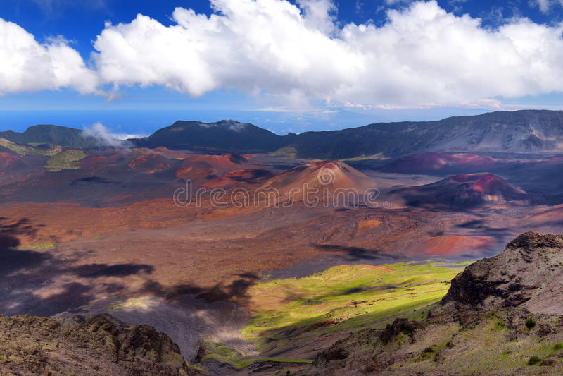 Het overweldigende die landschap van Haleakala-vulkaankrater in Kalahaku wordt genomen overziet bij Haleakala-top, Maui, Hawaï stock foto