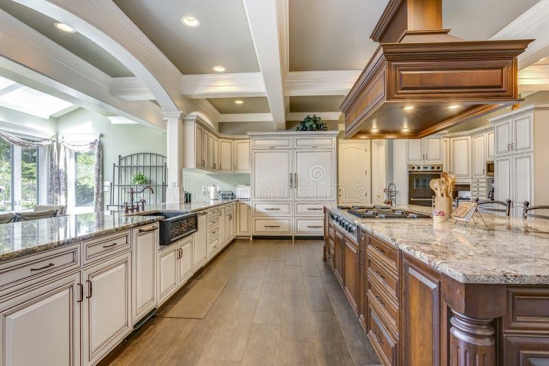 Het overweldigende ontwerp van de keukenruimte met het grote eiland van de barstijl royalty-vrije stock afbeelding
