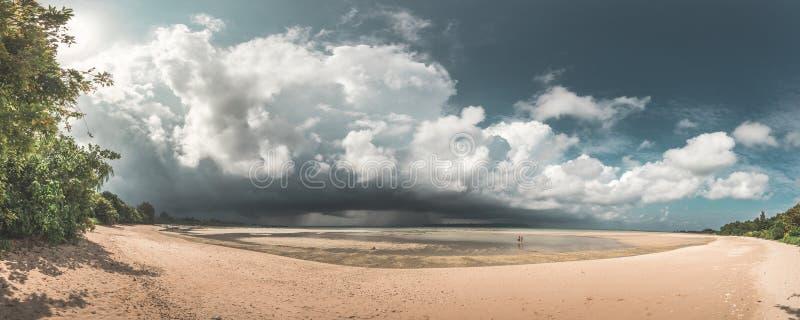 Het overweldigende Panorama van het Paradijsstrand van paar die op strand lopen terwijl een reusachtig onweer, Neil Island, Andam stock foto's