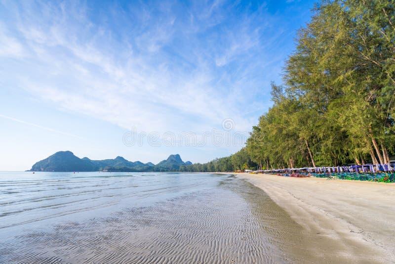 Het overzees bij Ao Manao, ochtend in de zomer, Prachuap Khiri Khan, Thailand stock foto's