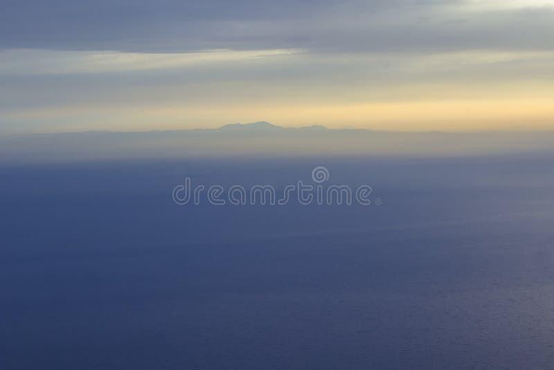 Het overzees bij zonsondergang, de hemel in pastelkleur blauwe kleuren, onduidelijk beeld royalty-vrije stock foto's