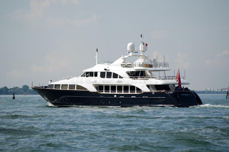 Het Overzees BlueZ die van het luxejacht de Lagune van Venetië varen stock foto