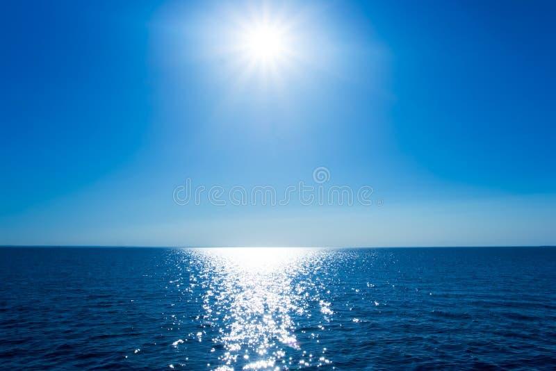 Het overzees en de zon stock fotografie
