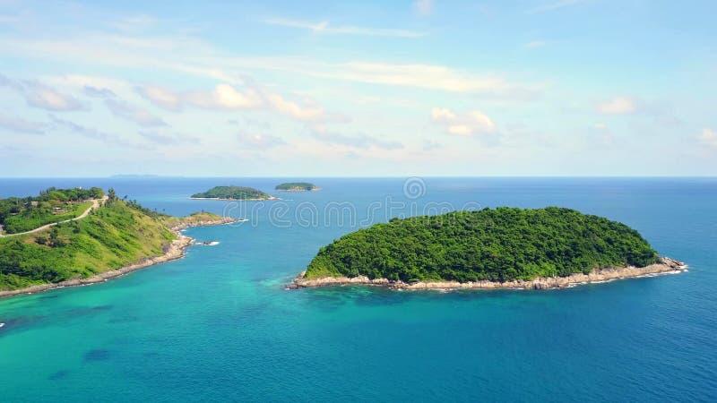 Het overzees en het eiland van landschapsthailand bij Phuket-eiland stock fotografie