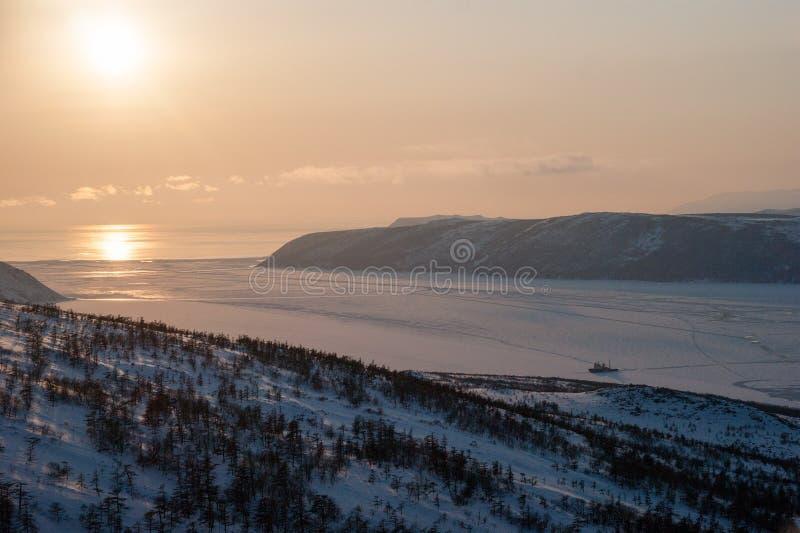 Het overzees van de het noordenkust van Okhotsk, zonsondergang stock afbeelding