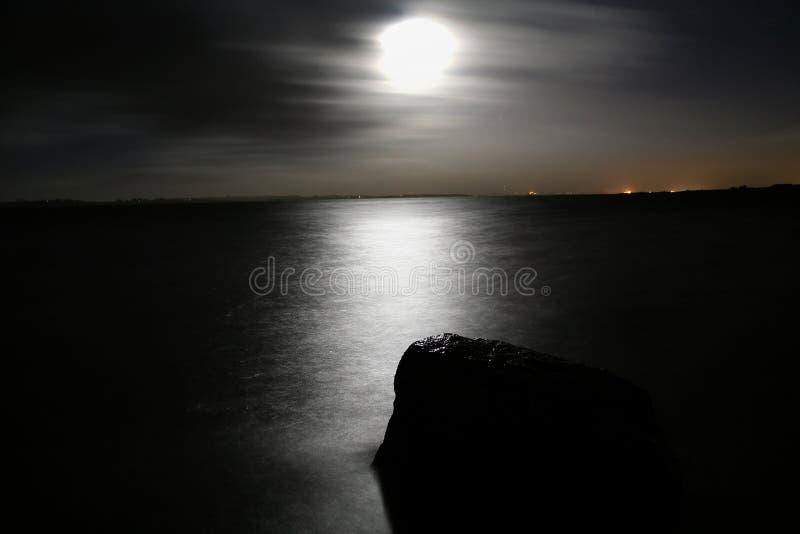Het overzees van de nacht stock foto