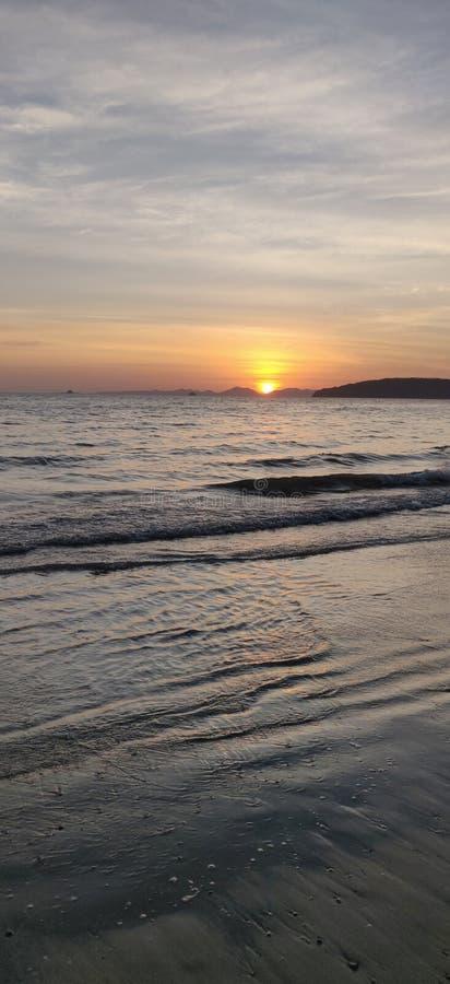 Het overzees van de strandzonsondergang stock afbeelding