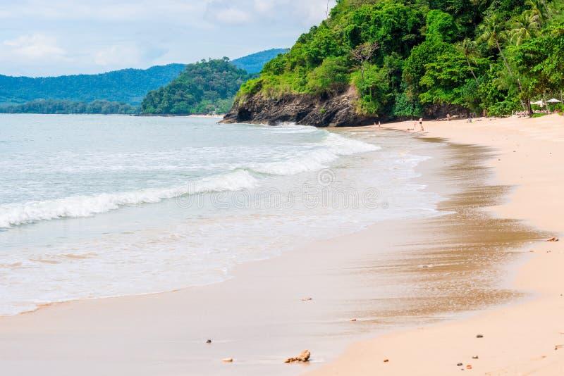 Het Overzees van laguneandaman met een zandig strand, mooie Krabi-toevlucht stock foto's