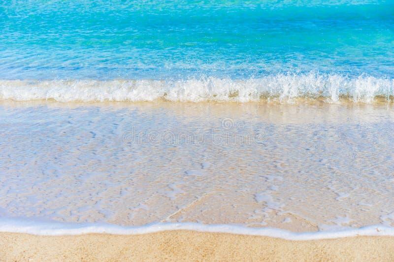 Het overzees van het zandstrand met zachte golven, de achtergrond van de de zomervakantie royalty-vrije stock afbeelding