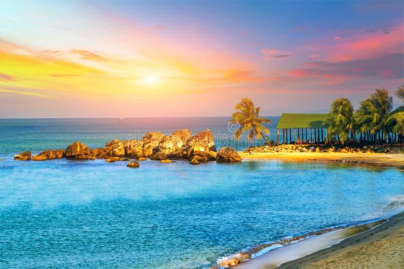 Het Overzees van het zonsopgangstrand stock foto's