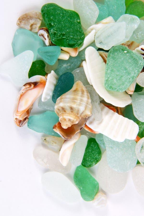 Het overzees vindt Overzeese glas en shells stock fotografie