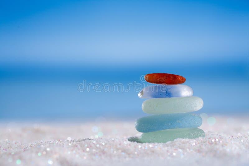 Het overzeese glas seaglass schittert zand met oceaan, strand en seasca stock foto's