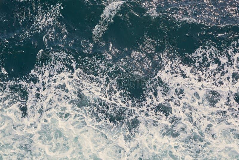 Download Het Overzeese Golven Verpletteren Stock Foto - Afbeelding bestaande uit kracht, diep: 107708020