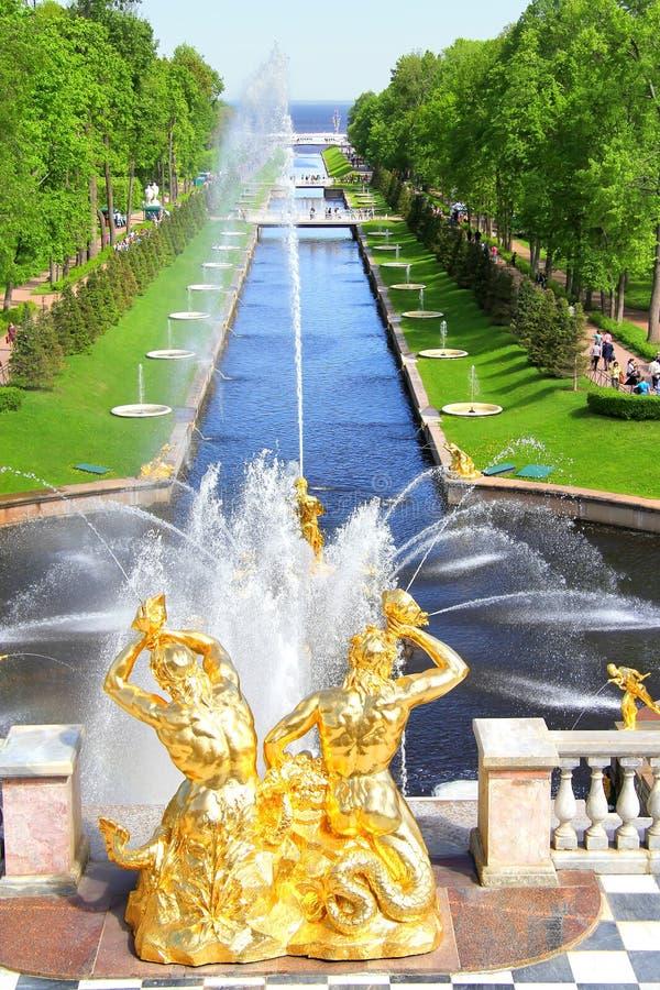 Download Het Overzeese Kanaal In Peterhof-Paleis Stock Afbeelding - Afbeelding bestaande uit niemand, groen: 39103899