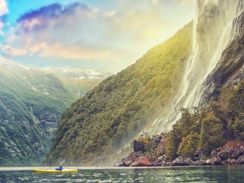 Het overzeese kayaking bij de fjord van Noorwegen stock afbeelding