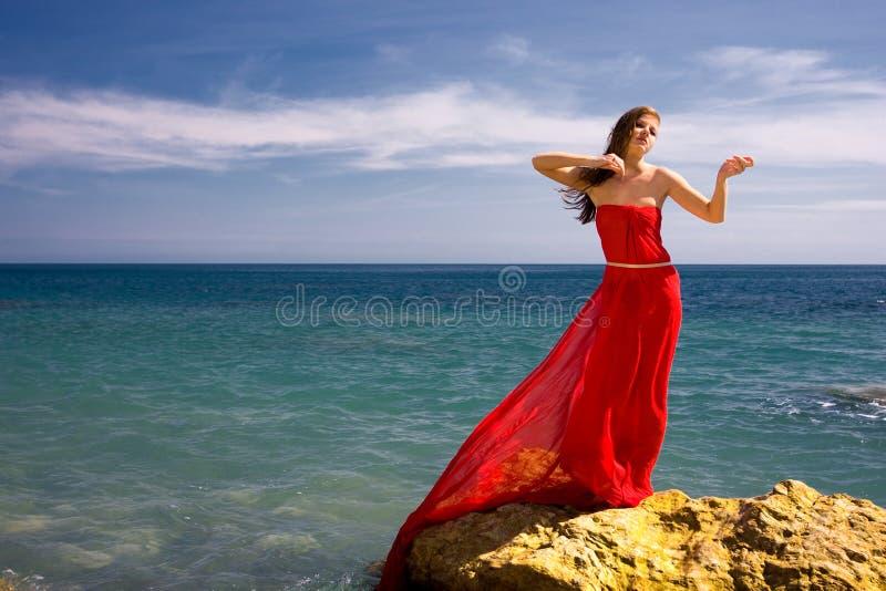 Het overzeese strand van de vrouw en royalty-vrije stock fotografie