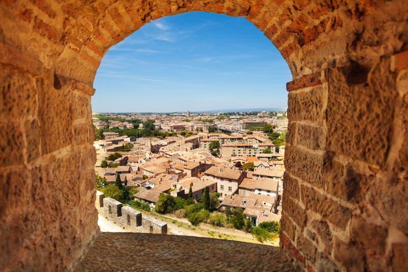 Het overzien van Carcassonne door oud venster royalty-vrije stock foto's