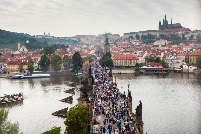 Het overzien van Charles Bridge in Praag stock foto's